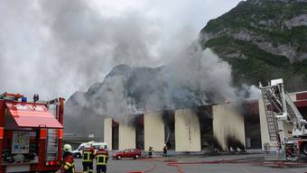 Starker Rauch, aber offenbar keine Chemikalien in der Umwelt: Brand im Industriegebiet von Mels.