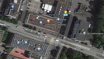 Die Autofahrerin geriet in der Bahnhofstrasse in Therwil auf die Gegenfahrbahn und kollidierte mit einem Beleuchtungskandelaber.