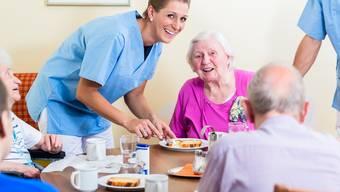 Die Menschen im Heim haben ein Anrecht auf die bestmögliche Pflege. Und vor allem sollen sie es wie auf unserem Bild gut miteinander haben können. Colourbox