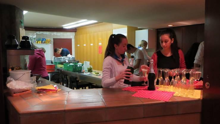 Hier sieht man die Zubereitung von Schülerinnen der Sekundarschule