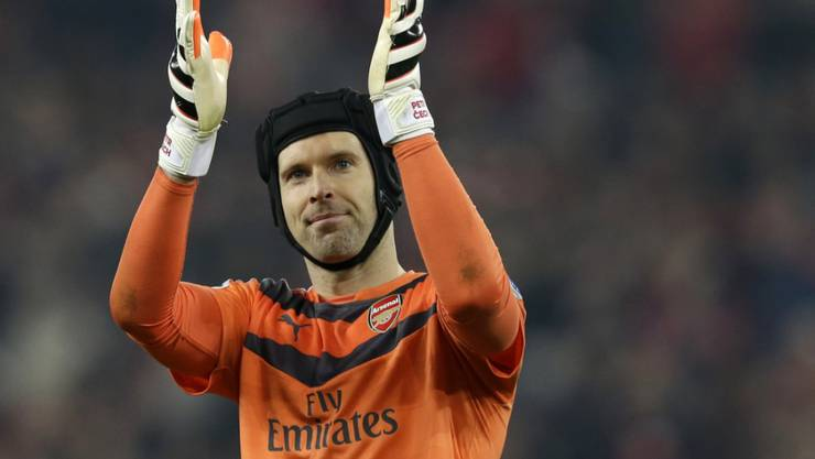 Arsenal-Hüter Petr Cech bedankt sich bei seinen Fans nach dem Rekord mit 169 Spielen ohne Gegentor