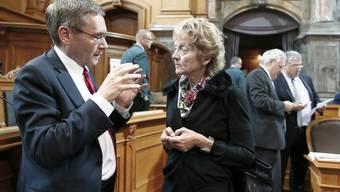 Pirmin Bischof und Eveline Widmer-Schlumpf diskutieren im September 2014.
