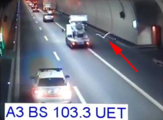 Die Überwachungskamera im Tunnel filmt das Spektakel.