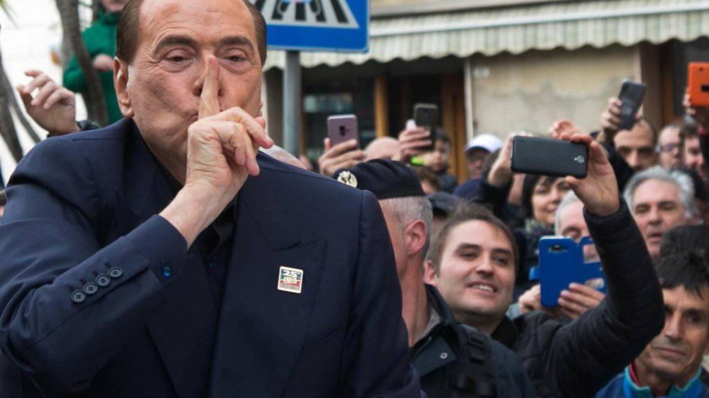 «Die Italiener sind durchgeknallt»: Silvio Berlusconi, hier im Januar mit Anhängern in Calgari, versteht sein Land nicht mehr.