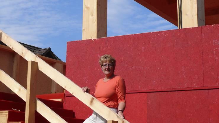 Will hoch hinaus: Ursula Peterhans, OK-Präsidentin von «Fislisbach fiiret», auf der Treppe der grössten Festbeiz. (Bild: atp)
