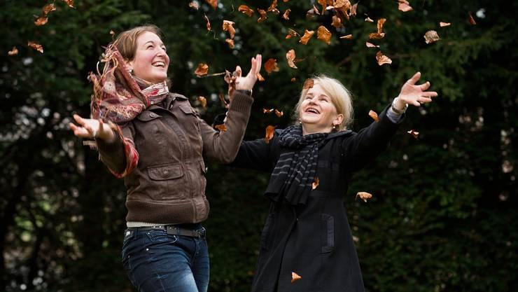 Redaktorin Silvia Schaub (rechts) im Interview mit der angehenden Primarlehrerin Silvia Schaub (links) im Schlosspark Andelfingen. chris iseli