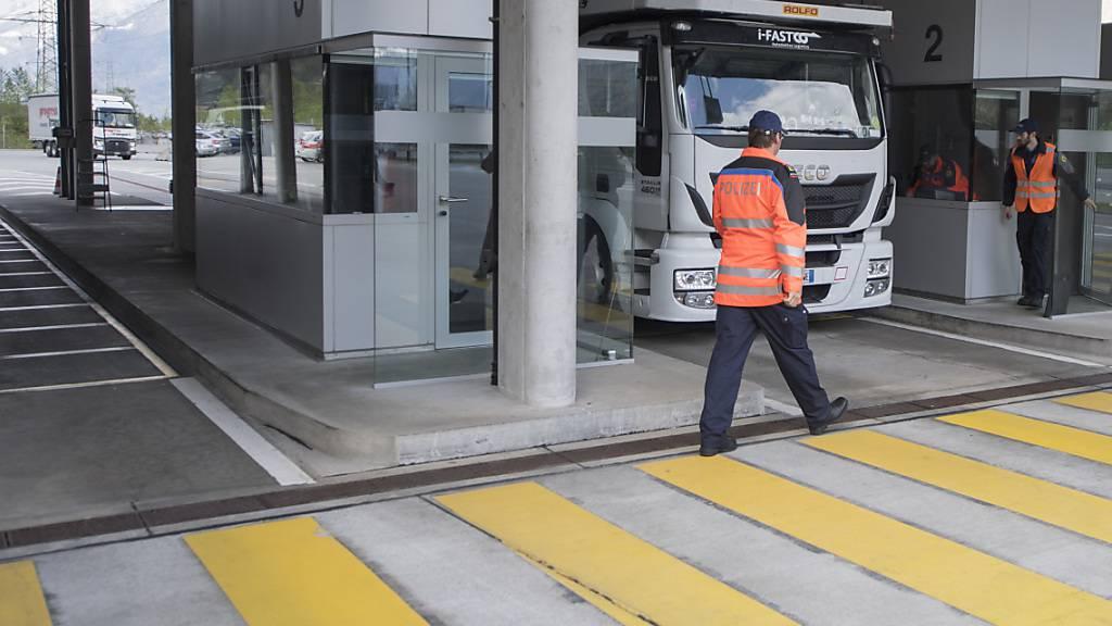 Die Polizei kontrollierte im Schwerverkehrszentrum in Erstfeld einen Lastwagenchauffeur, der massiv gegen die Arbeits- und Ruhezeitverordnung verstiess. (Archivbild)