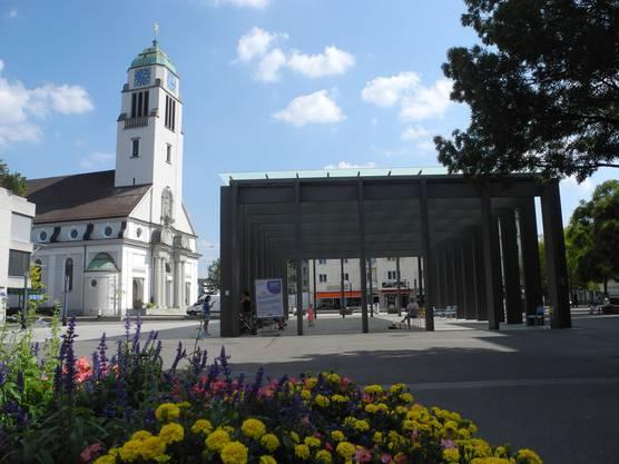 Auf dem Rapidplatz ist das Stadtfest dank der Bühnenkonstruktion bereits sichtbar. Dank Limmat Tower im Hintergrund ist der Platz von ganz Dietikon aus gut zu finden.
