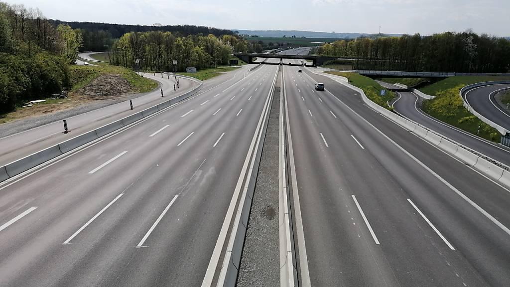 ARCHIV - Fast leer ist die Autobahn 81 bei Stuttgart Zuffenhausen während der Corona-Pandemie. Foto: Andreas Rosar/dpa