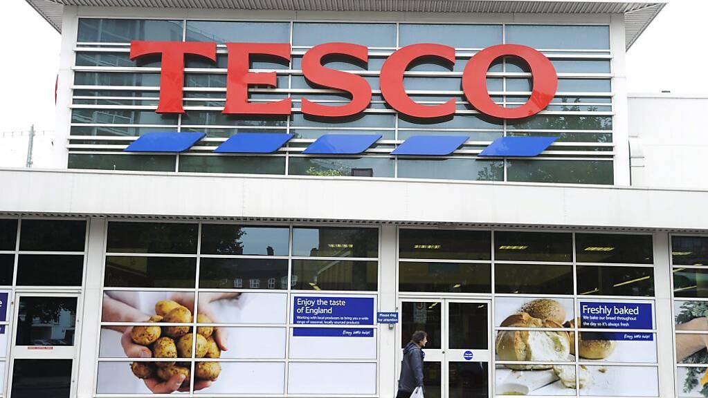 Der Nahrungsmittelriese Tesco soll in Grossbritannien in den Jahren 2015 bis 2017 abgelaufene Lebensmittel verkauft haben.