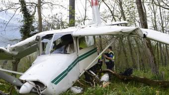 Kleinflugzeug reisst Hochspannungsleitung herunter