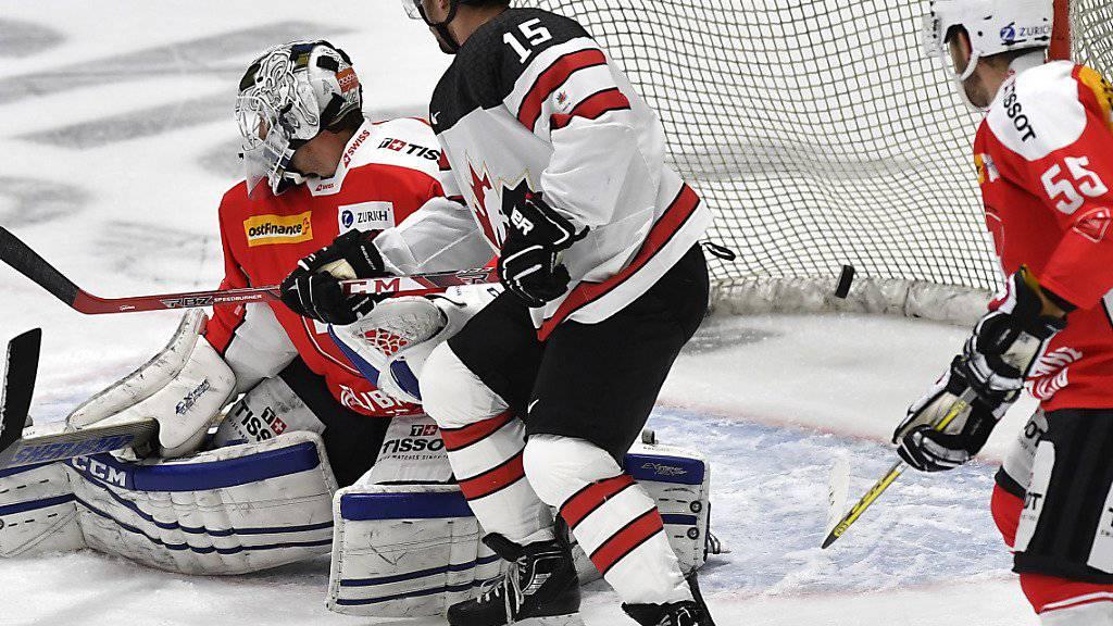 Das 1:0 für Kanada: Brandon Kozun (Nr. 15) erschwerte vor dem Tor dem Schweizer Goalie Tobias Stephan die Arbeit