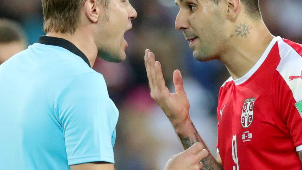 Steht im Kreuzfeuer der serbischen Kritik: der deutsche Schiedsrichter Felix Brych, hier im Zwiegespräch mit Aleksandar Mitrovic