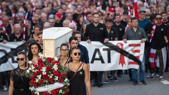 """Moutiers Separatisten zogen Ende August nach dem Urteil des bernischen Verwaltungsgerichts in einem """"Trauerzug"""" durch das Städtchen."""