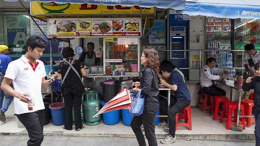 Essstände auf Bangkoks Strassen erfreuen sich grosser Beliebtheit. Dennoch geht die Stadtverwaltung nun gegen zahlreiche Strassenhändler vor. (Archiv)