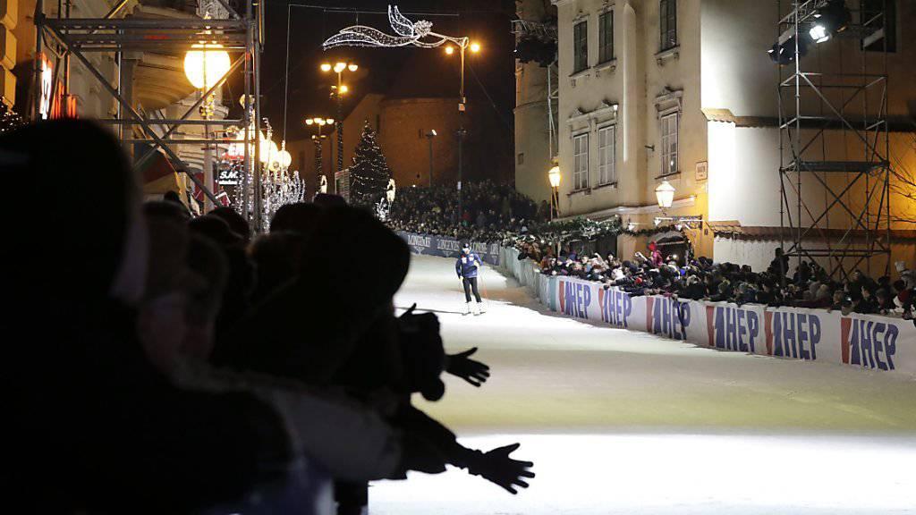 Die Organisatoren des Weltcup-Slaloms der Männer in Zagreb organisierten zum 50. Geburtstag des Ski-Weltcups ein Legendenrennen in der Innenstadt - Tausende Ski-Fans kamen
