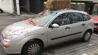 Das Auto mit farbigen Schnipseln und Stroh verziert.
