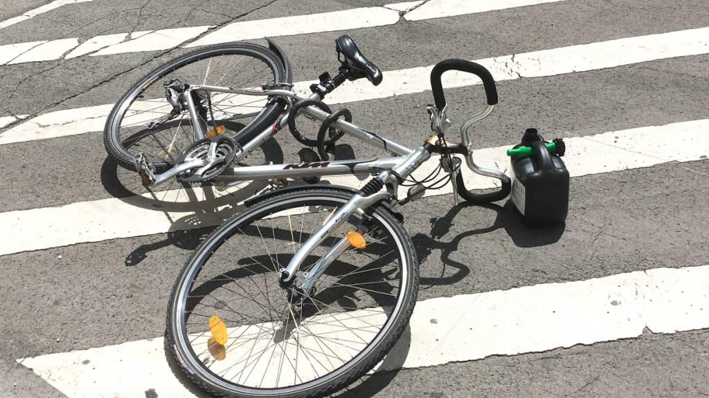 Rennvelo streift E-Bike: 77-Jährige schwer verletzt