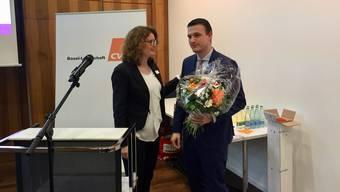 Brigitte Müller-Kaderli gratuliert ihrem Nachfolger Silvio Fareri.
