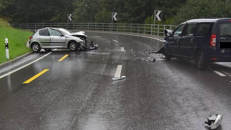 Bei dem Unfall wurden beide Lenker und ein Mitfahrer leicht verletzt.