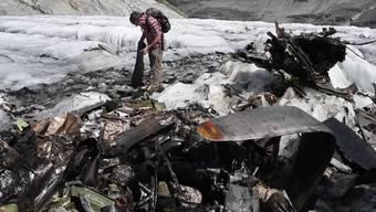 Vertreter der Gemeinde Innertkirchen und dem Kanton Bern inspizierten am Mittwoch die Überreste der US-Maschine Dakota C53 auf dem Gauligletscher.