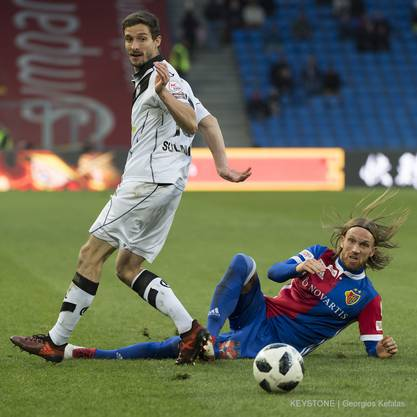 Luganos Fulvio Sulmoni, links, im Kampf um den Ball gegen Basels Michael Lang.