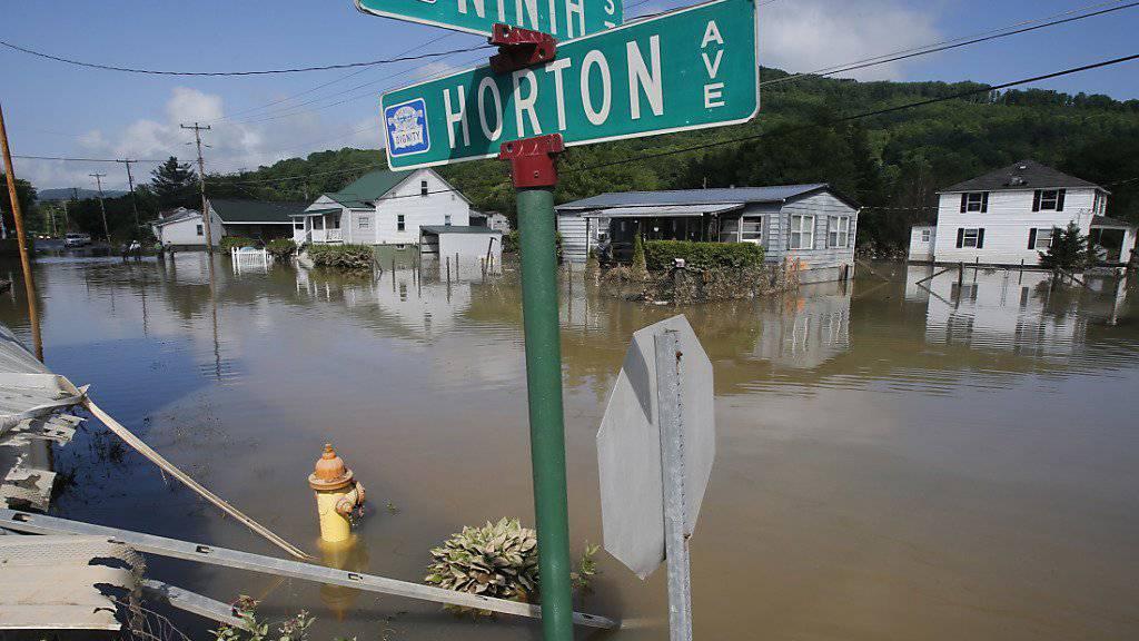 Nach schweren Unwettern im Osten der USA hat Präsident Barack Obama für die am stärksten betroffenen Gebiete im Bundesstaat West Virginia den Notstand erklärt.