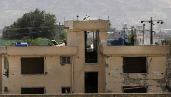 Bei der Polizeiwache wurden durch die Autobombe sämtliche Fenster zerstört und grosse Schäden an der Fassade angerichtet.