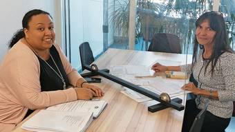 Die Spreitenbacherin Diana Milai wird von Sozialarbeiterin Socorro Zimmerli (r.) betreut.