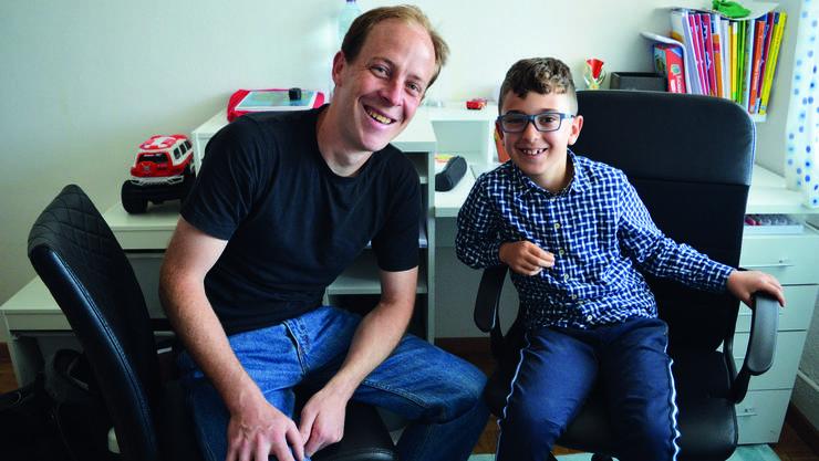 Gemeinsam lernt es sich leichter: Zusammen mit seinem freiwilligen Nachhilfelehrer Adrian Schalch meistert Altan immer neue Lernziele.