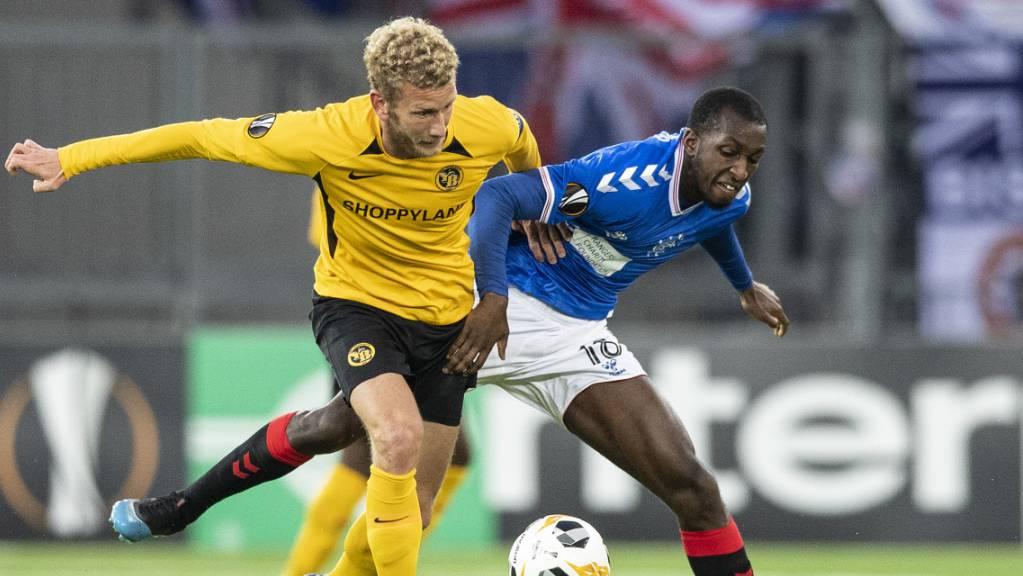 YB-Captain Fabian Lustenberger behauptet sich im Duell mit Glasgows Glen Kamara.