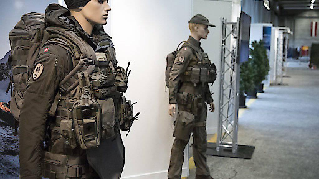 Nach Ansicht des Nationalrates ist es notwendig, für alle Armeeangehörigen einen angemessenen Körperschutz zu kaufen. Die kleine Kammer will dort 100 Millionen Franken einsparen. (Archivbild)