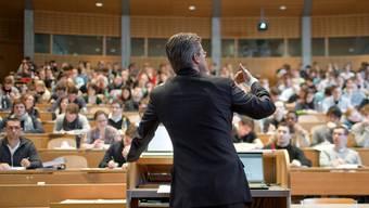 Patrik Müller: «Dass Akademiker und Nicht-Akademiker die Welt bisweilen anders sehen, ist an sich kein Grund zur Sorge. Problematisch wird es aber, wenn sie den Kontakt zueinander verlieren.» (Symbolbild)