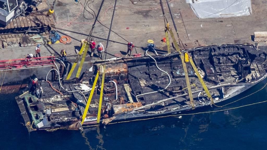 """Die Überreste des von einem Brand zerstörten Ausflugsschiffs """"Conception"""" wurden vor der Küste Kaliforniens geborgen."""
