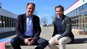 OK-Präsident Peter Spring (links) und Bauchef Christian Füglistaller geniessen die Ruhe vor dem Sturm auf dem Mega-Gelände der Kreisschule Mutschellen.