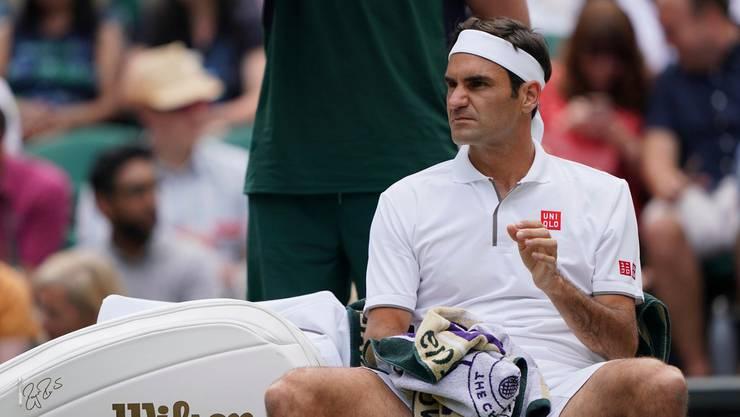 Roger Federer gibt in der Wimbledon-Startrunde einen Satz ab.