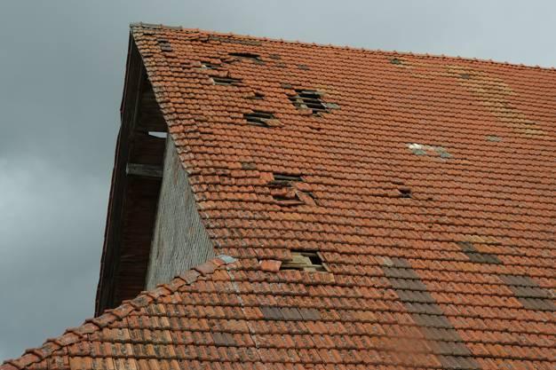 Da und dort hat Sturm Sabine die Dächer beschädigt. Wie hier in Geltwil.