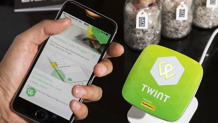 Ein Kunde bezahlt mit der Twint-App im Restaurant Lily's in Zürich: Mittlerweile kann so die Rechnung an schweizweit 25'000 Verkaufsstellen beglichen werden.
