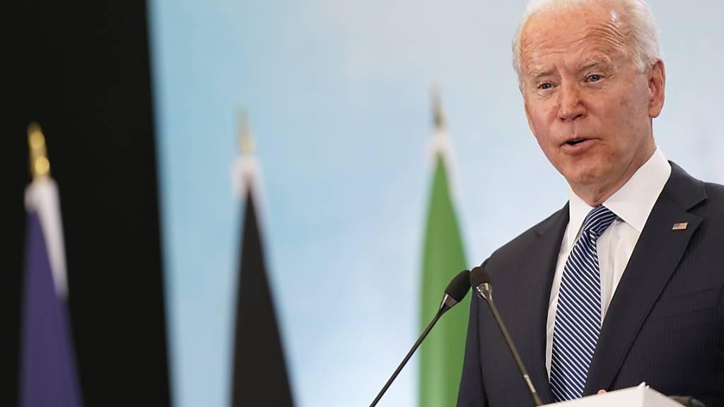 Joe Biden, Präsident der USA, spricht während einer Pressekonferenz nach dem Abschluss des G7-Gipfels am Flughafen in Newquay. Foto: Patrick Semansky/AP/dpa