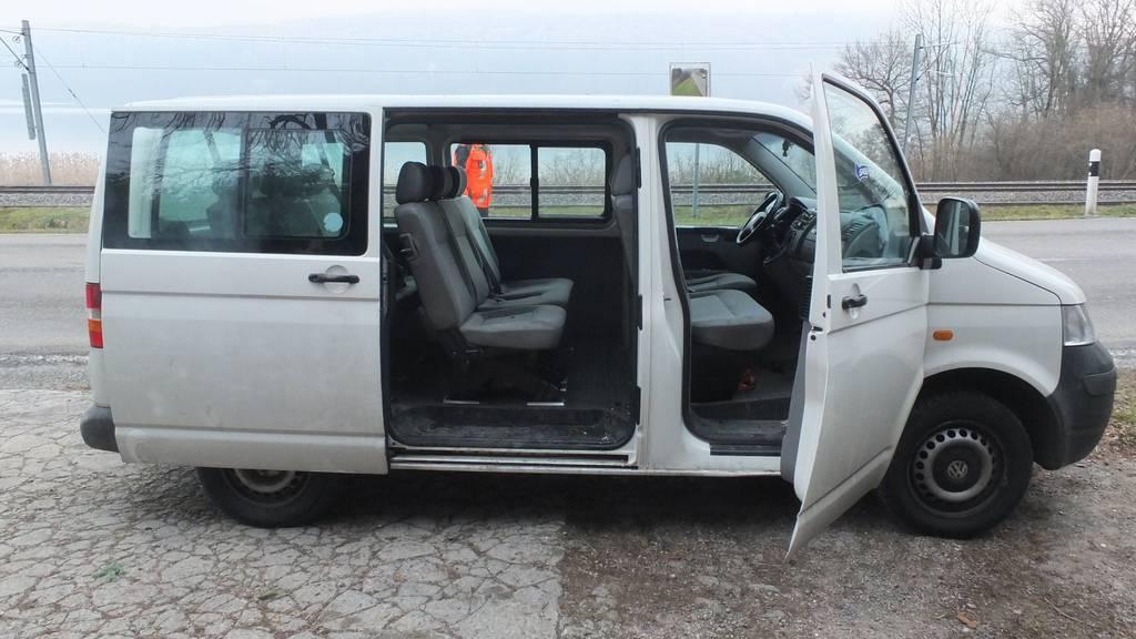 Die Partygesellschaft war mit einem grauen Bus bei Bollingen unterwegs, als ein Mann aus dem Wagen fiel.