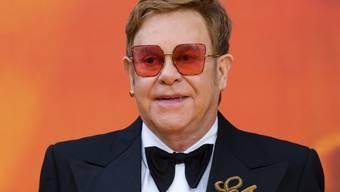 """Der britische Popstar Sir Elton John zeigt sich erschüttert: Als einer der besten Freunde von Lady Di nimmt er nun ihren Sohn Prinz Harry und dessen Frau Herzogin Meghan vor """"unnötigen Übergriffen der Presse"""" in Schutz. (Archivbild)"""