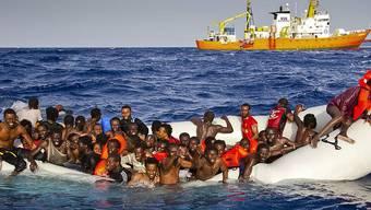 Immer wieder versuchen Flüchtlinge über das Mittelmeer nach Europa zu kommen. (Archivbild)