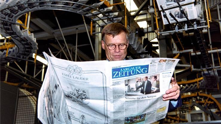 Frisch ab (der) Presse: Peter Wanner begutachtet am 4.November 1996 die Erstausgabe der «Aargauer Zeitung».