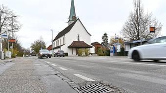 Kein Platz für Velostreifen: Die Dorfstrasse in Neuendorf.