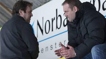 Langenthals Coach Heinz Ehlers (rechts) diskutiert mit Oltens Trainer Scott Beattie. Marcel Bieri