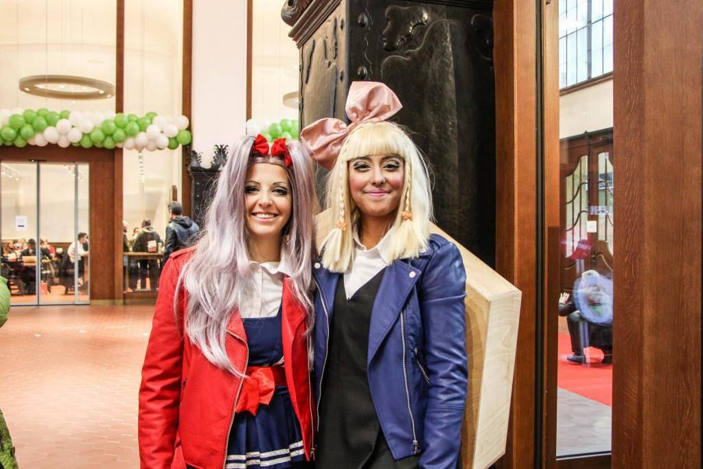 Frauen als Mangas verkleidet verteilen Probierli vom Yooji's (© FM1Today/Stefanie Rohner)