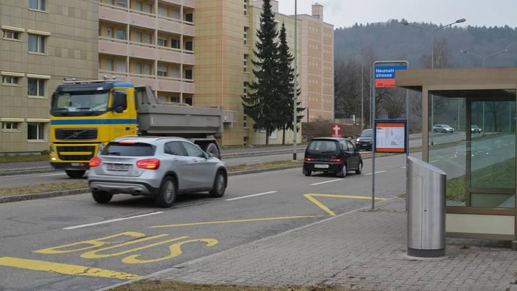 Die Bushaltestelle Neumattstrasse an der Feldstrasse in Urdorf.