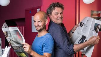 Kinoleiter Bruno Maurer (links) und Theaterpräsident Clo Bisaz freuen sich über die neue Programmzeitung.