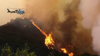 Ein Löschhelikopter im Einsatz in Calabasas.