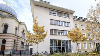 Die Jüdische Schule befindet sich direkt neben der Synagoge. 25 Kinder gehen an die Primarschule Leo Adler in der Leimenstrasse.